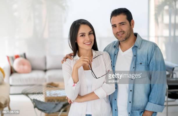 Portrait d'un couple d'amoureux à la maison