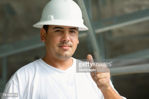 Portrait of a male construction worker showing a thumbs up sign : Foto de stock