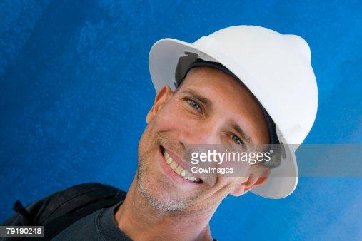 Portrait of a male construction worker smiling : Foto de stock