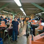 Porträt eines Mannes unter den Kollegen in einer Fabrik