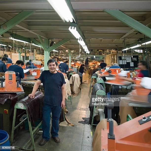 Portrait d'un homme entre collègues dans une usine