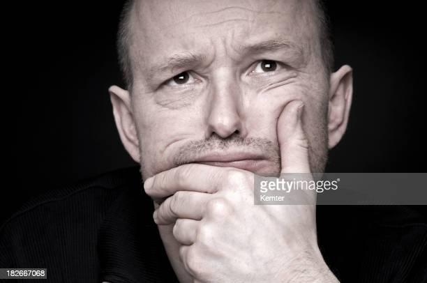 Portrait d'un homme s'appuyant sur sa main