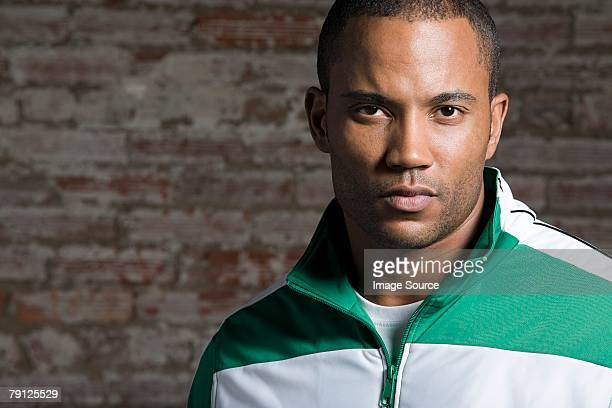 Sérieux homme afro-américain près de mur de briques