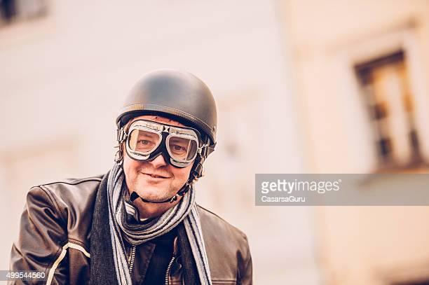 Portrait d'un homme avec des lunettes et Casque de moto Vintage