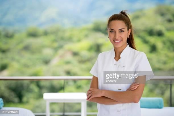 Portrait d'une masseuse travaillant dans une station thermale