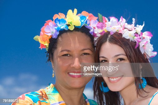 Portrait of a mature woman and a young woman smiling : Foto de stock