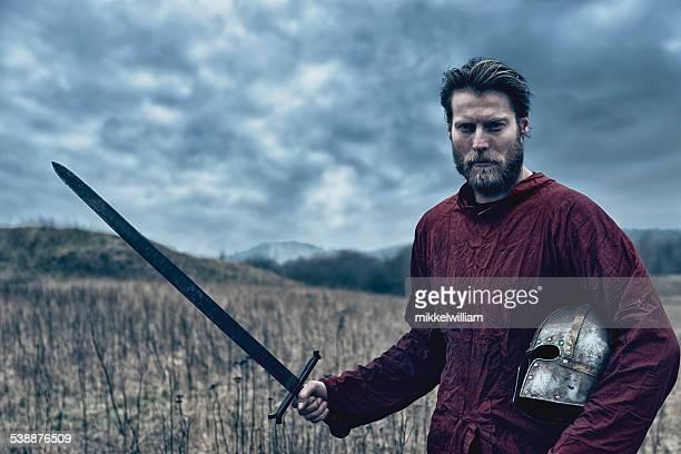 Porträt von eine mittelalterliche Krieger mit Schwert und Helm