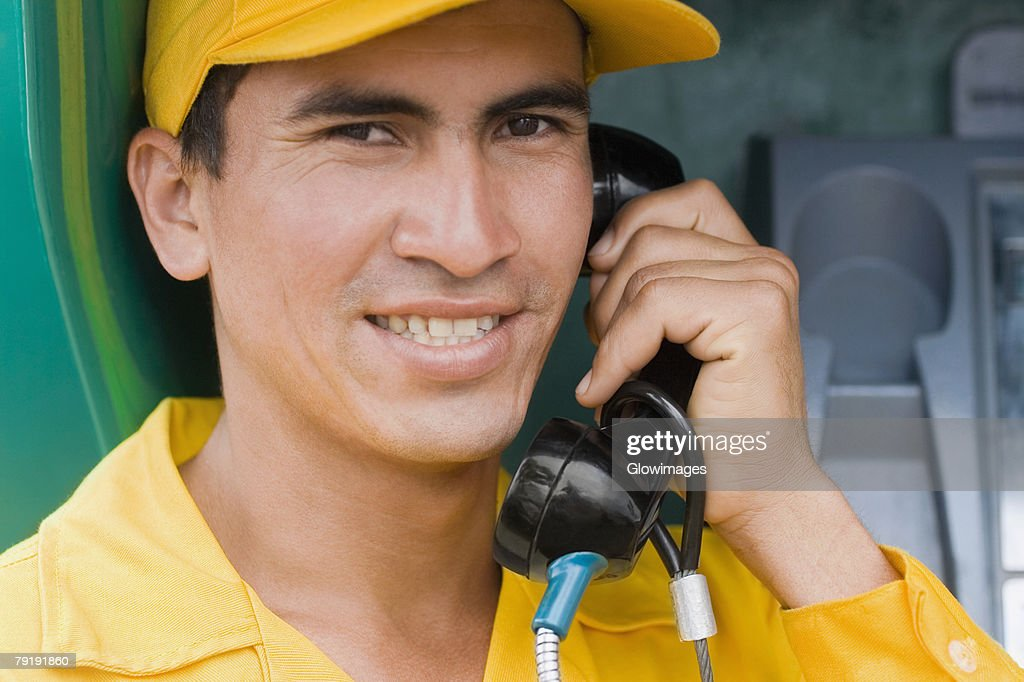 Portrait of a mid adult man talking on the telephone and smiling : Foto de stock
