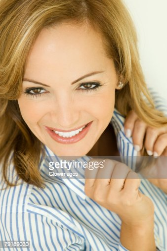 Portrait of a mid adult woman smiling : Foto de stock