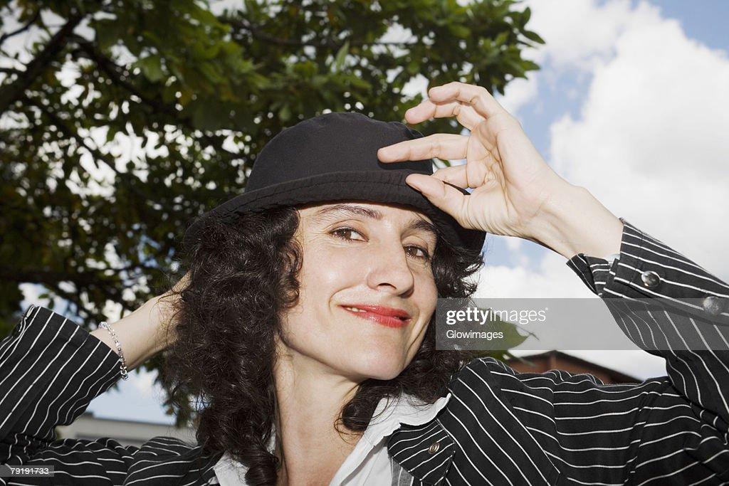 Portrait of a mid adult woman smiling : Foto de stock