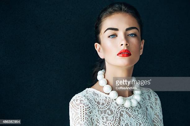 Retrato de una hermosa mujer mirando