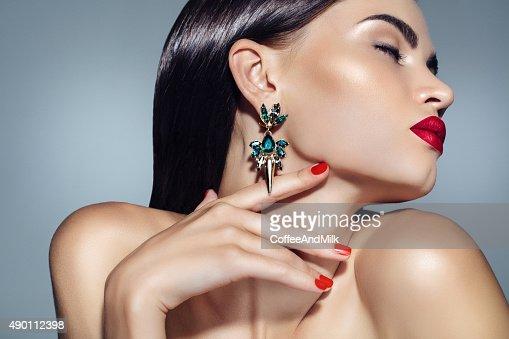 ポートレートをお探しの素敵な女性の美しい earings