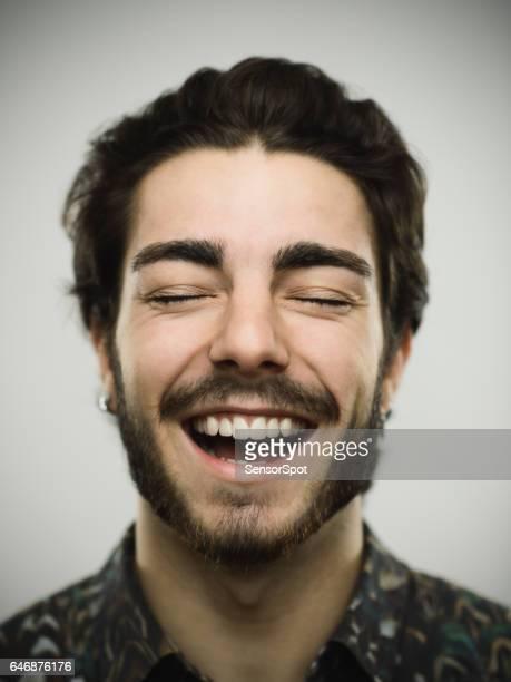 Portrait d'un homme réel souriant