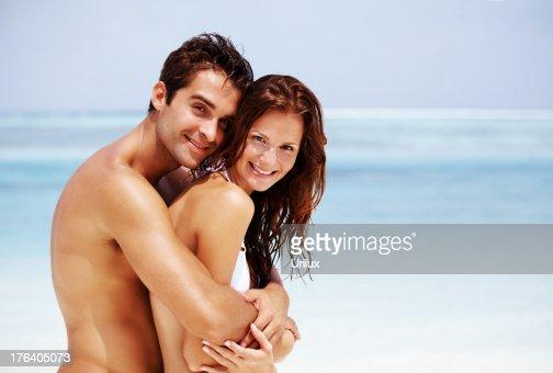 ポートレートのロマンチックな若いカップルはビーチで