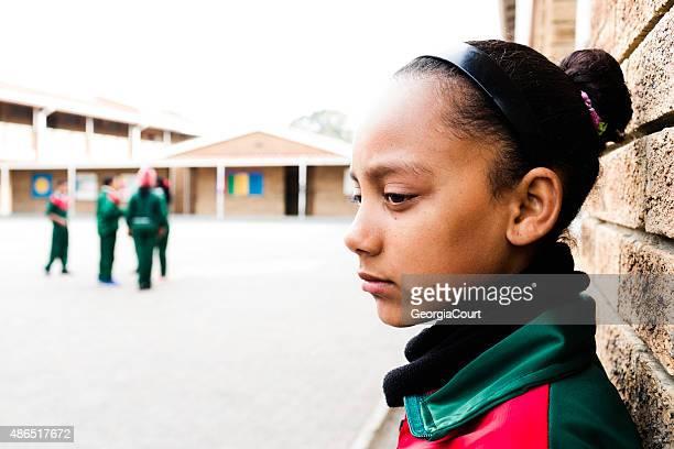 Retrato de un triste niña en edad escolar