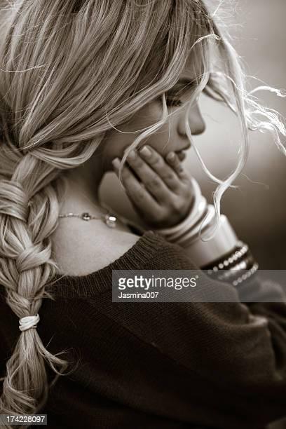 Porträt der Traurigkeit junge Frau
