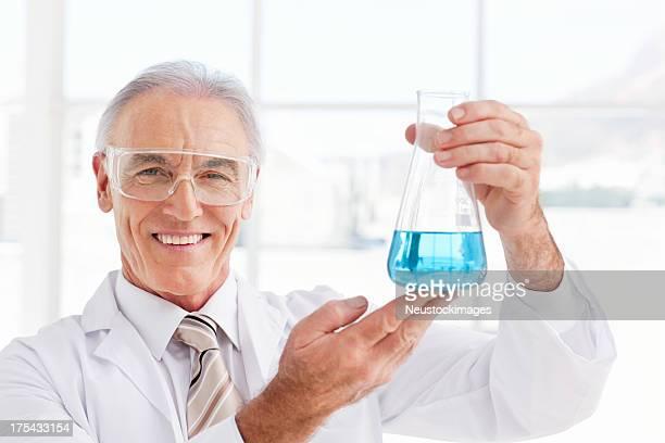 Porträt eines Wissenschaftlers hält Konischer Glaskolben