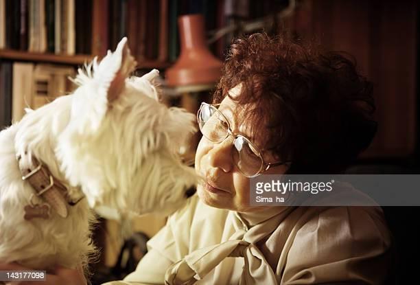 Portrait d'une femme senior avec son chien