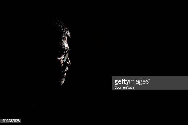 Portrait d'un homme Senior en arrière-plan sombre.