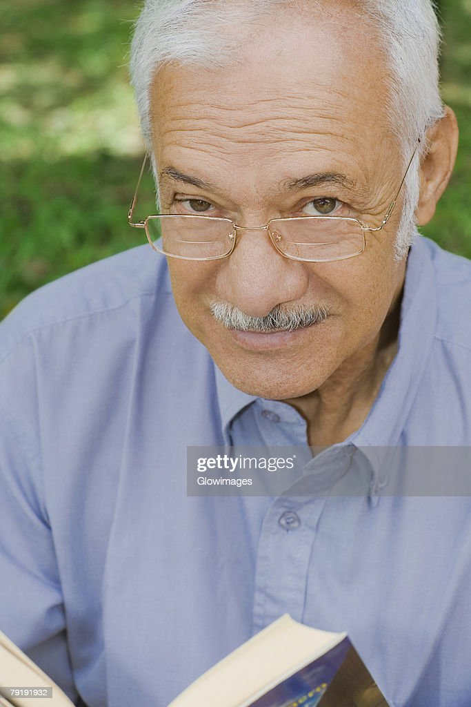 Portrait of a senior man smiling : Foto de stock