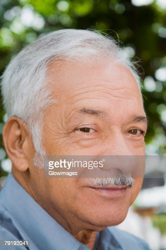 Portrait of a senior man smiling : Foto de stock