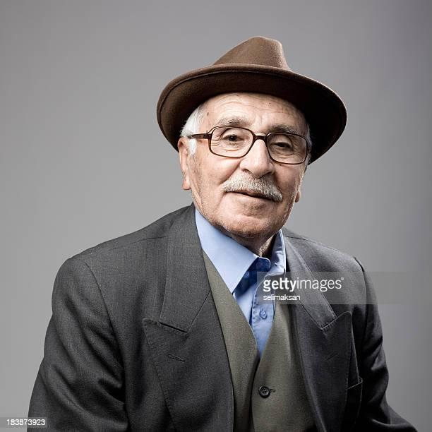 Porträt eines Senior Mann mit Hut im Fedora-Stil und die Jacke
