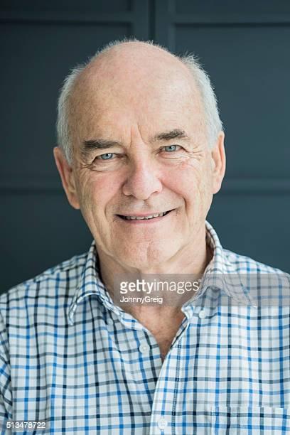Retrato de um homem idoso com Camisa axadrezada, um sorrir