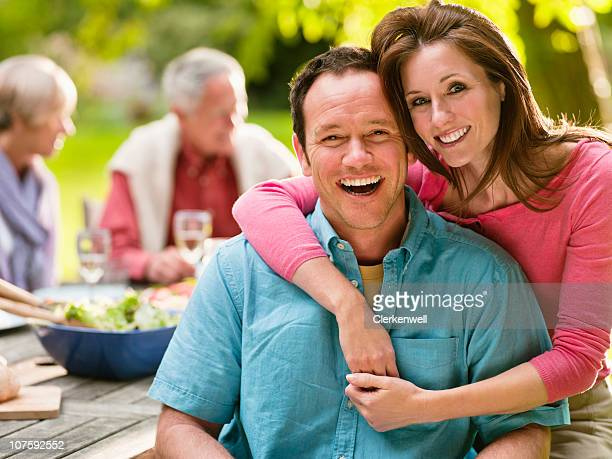 Porträt eines lächelnden Paares auf Picknick mit Personen