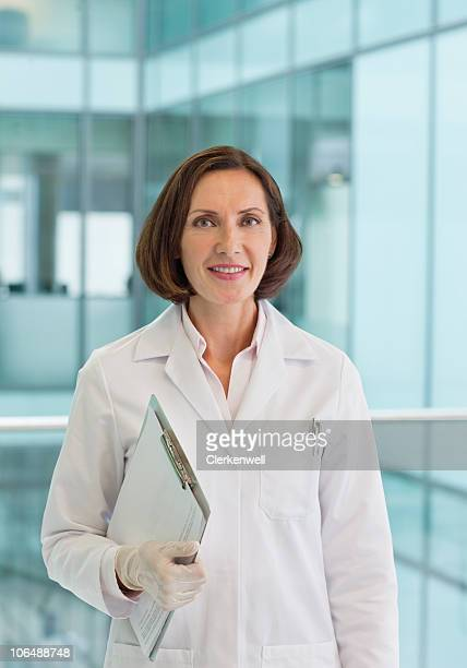 ポートレートを楽しみながら微笑む熟年女性医師の研究