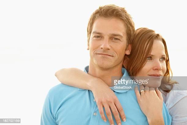 Portrait d'un souriant romantique couple d'âge moyen