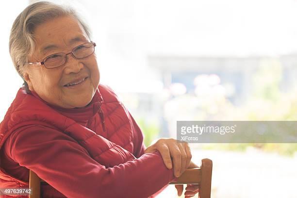Porträt eines lächelnden senior Frau mit Ostasiatischer Abstammung