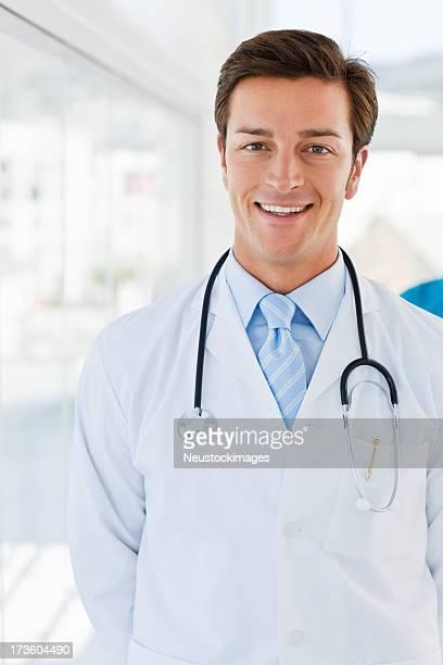 Porträt einer lächelnden Jungen Arzt