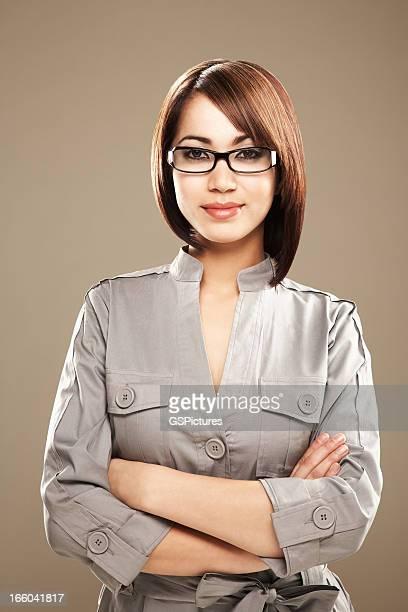 Portrait d'une jeune femme d'affaires ethnique souriant à lunettes