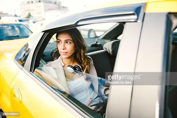 Portrait d'une femme d'affaires réussie dans un Taxi