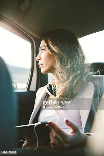 Retrato de uma mulher de negócios bem sucedido em um táxi