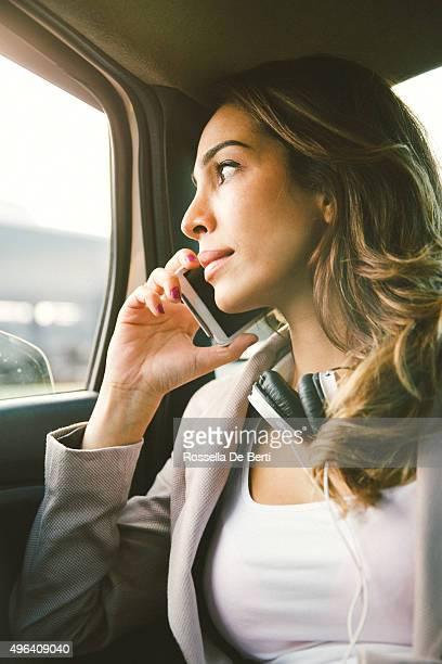 Portrait d'une femme d'affaires sur le téléphone réussie