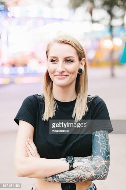 Portrait d'une femme faire tatouer