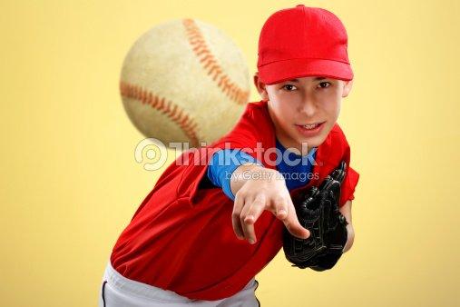 Retratos de una adolescente en rojo uniforme de béisbol   Foto de stock b048d2cf76a