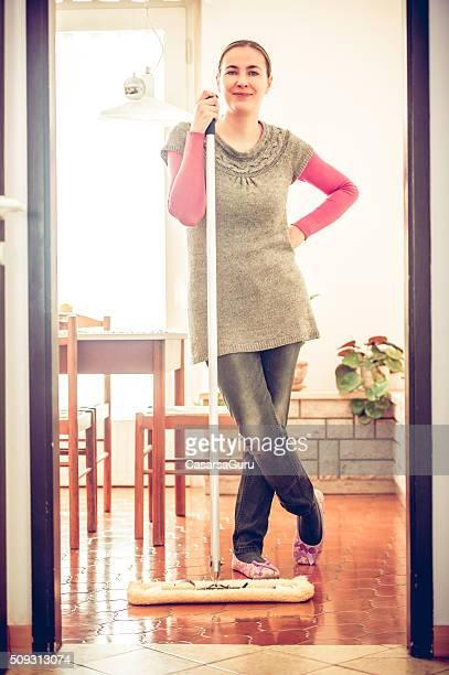 Porträt einer Frau Holding,-Mop