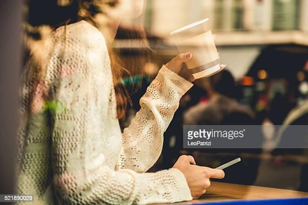 Portrait d'une femme à la fenêtre d'un café