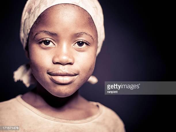 Porträt von eine junge Afrikanische Mädchen (isoliert auf dunklem Hintergrund)