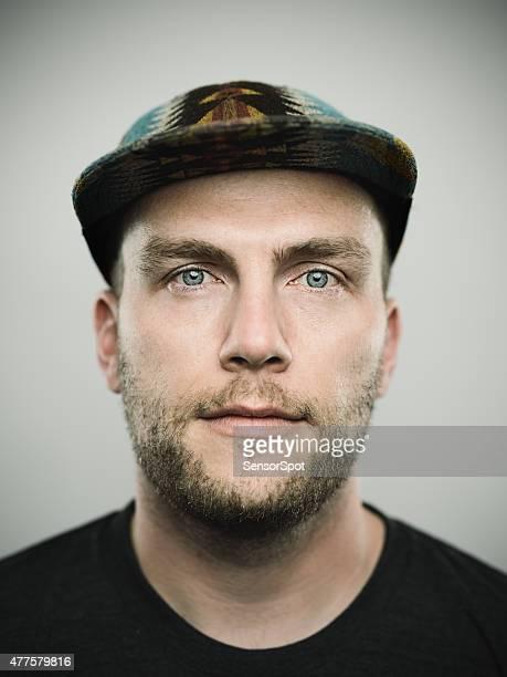 Portrait d'un jeune homme à la recherche dans la caméra américain