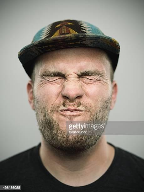 Portrait d'un jeune homme avec des yeux fermés américain