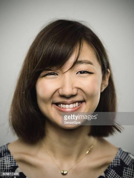 Portrait d'une jeune femme à la recherche dans la caméra chinois