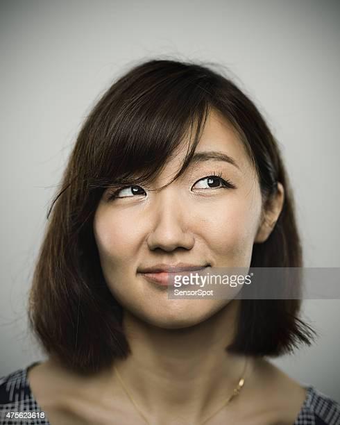 Portrait d'une jeune femme avec sourire heureux chinois