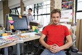 Retrato de un joven diseñador en su oficina