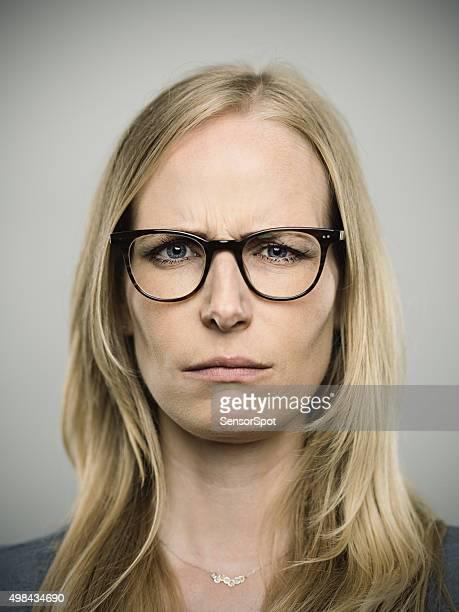 Retrato de una joven mujer mirando a la cámara alemán