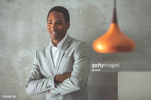 Porträt ein junger gut aussehend Geschäftsmann