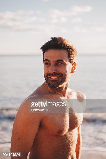 Porträt Von Eine Junge Schöne Männer Lächelnd Am Ufer Stock Foto