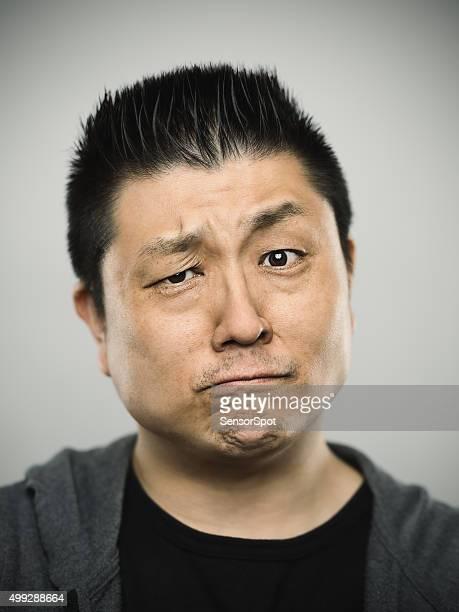 Retrato de un joven hombre mirando a la cámara japonés